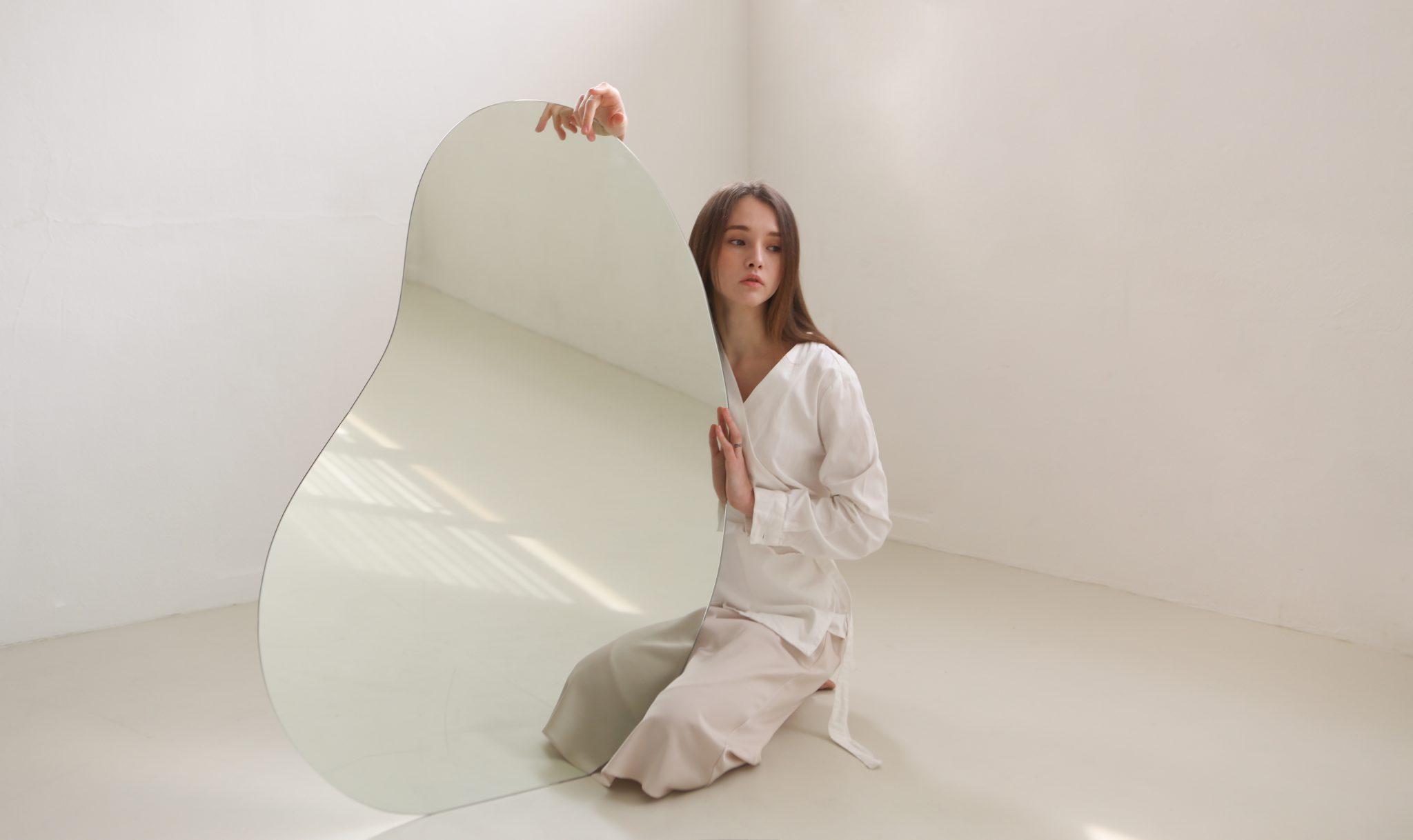 라이프 스타일 디자인 브랜드 어페어비 페블미러 여자 모델이 페블미러를 들고 있다